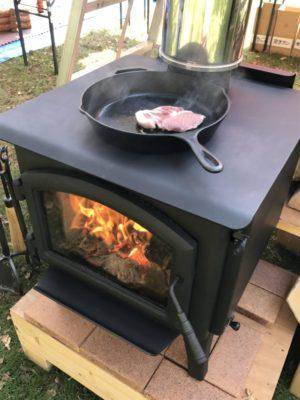 薪ストーブでステーキ