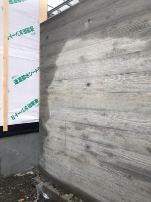 杉板模様のコンクリート塀